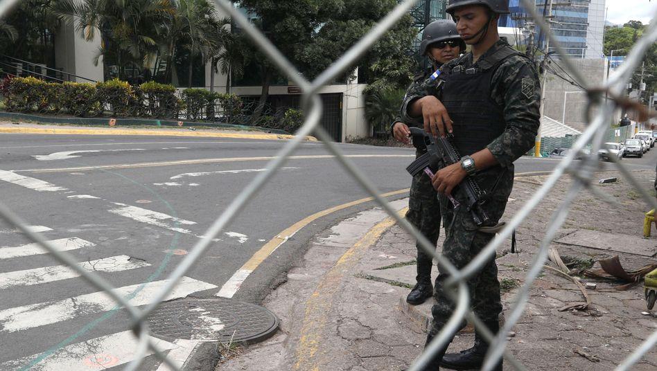 Soldat vor dem Präsidentenpalast in Honduras