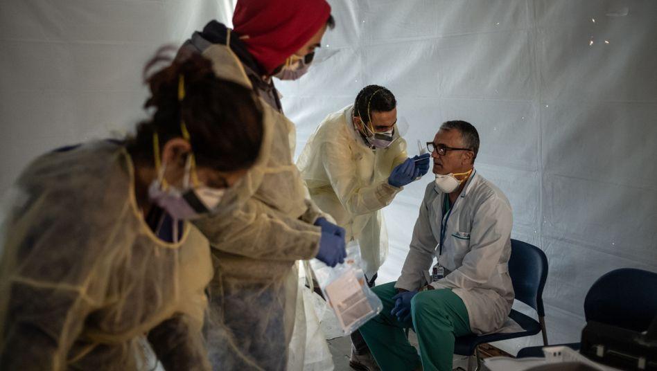 Ärzte testen anderes medizinisches Personal auf Krankheitsanzeichen (in New York City am 24. März): Die Lage in den USA verschärft sich