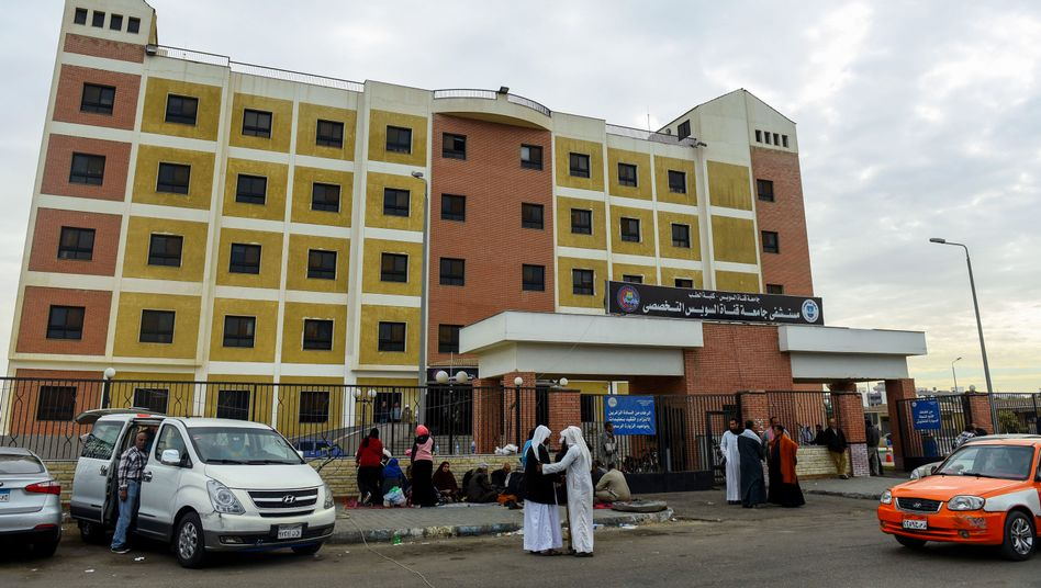 Angehörige warten vor einem Krankenhaus auf dem Sinai