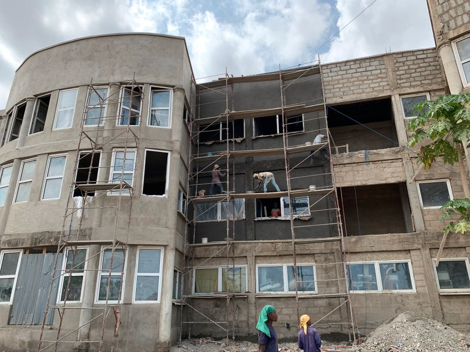 Im Mai wurde die Fassade des Krankenhauses in Ghana verputzt