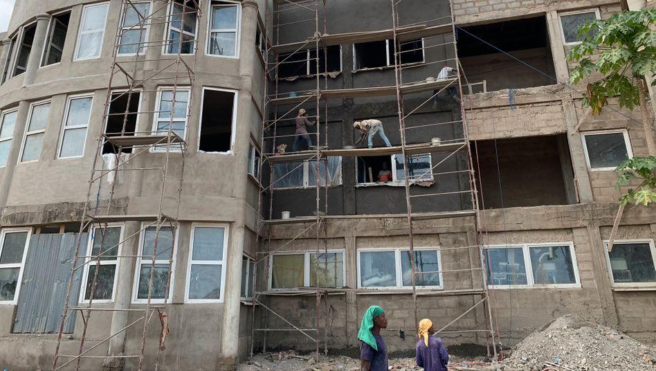 Krankenhaus in Ghana, im Mai wurde die Fassade verputzt