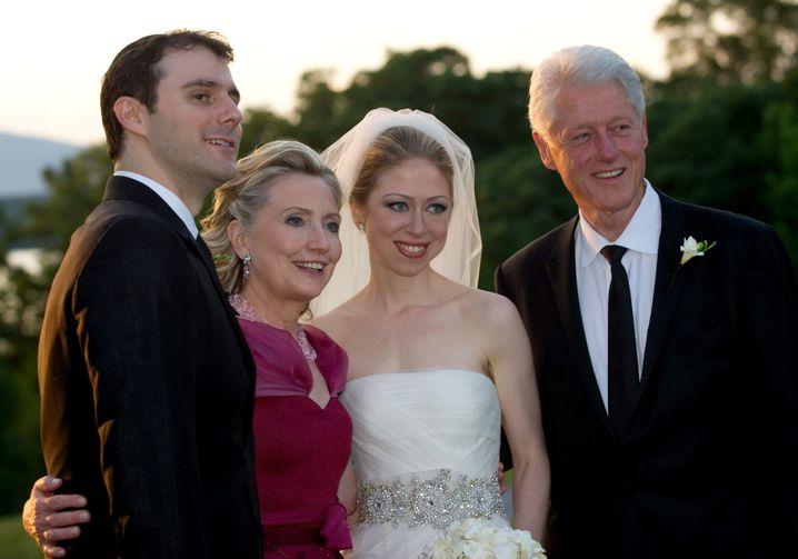 Hochzeitsfoto: Chelsea Clinton (2.v.r.) mit ihren Eltern und ihrem Ehemann