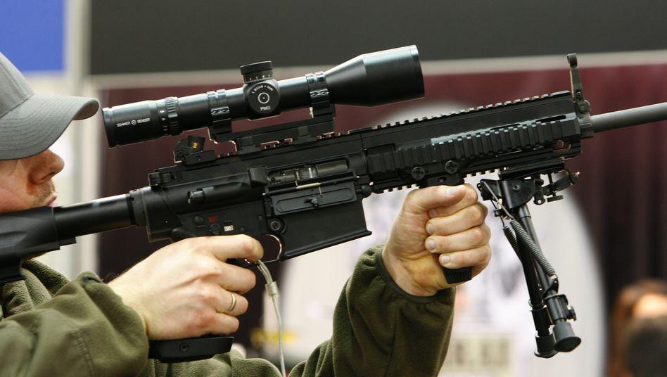Ein Messebesucher hält ein Gewehr des deutschen Waffen-Herstellers Heckler und Koch auf der Waffenmesse IWA (Archivbild). Die Exportgenehmigungen für deutsche Kleinwaffen sind deutlich gestiegen