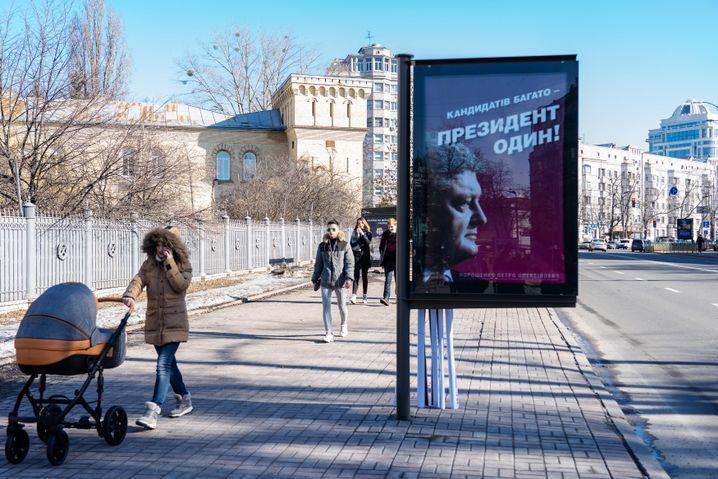 """Wahlplakat von Petro Poroschenko in Kiew - """"Kandidaten gibt es viele, aber nur einen Präsidenten"""""""