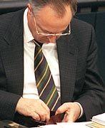 Bundesfinanzminister Hans Eichel mit Geldbörse: Wohlverhalten durch geheimdienstartige Kontrolle erzwingen