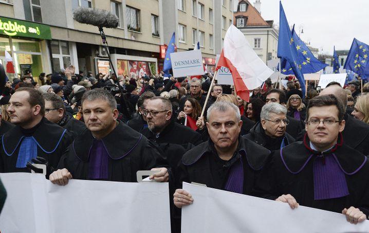 Tausende Richter aus ganz Europa demonstrieren in Warschau gegen die Justizreform