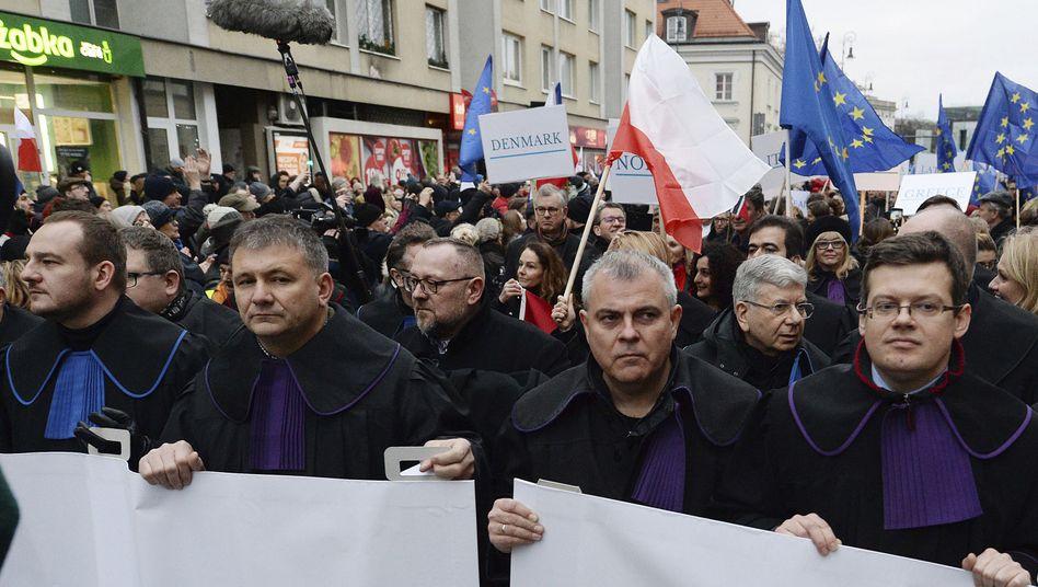 Richter und Rechtsanwälte protestieren in Warschau gegen die Gesetzespläne der polnischen Regierung, die die Unabhängigkeit der Justiz weiter einschränken könnten
