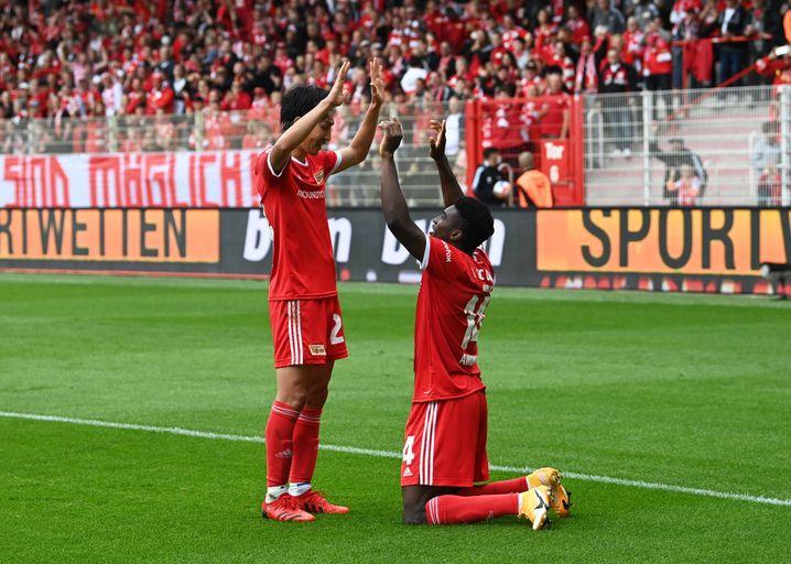 Genki Haraguchi und Taiwo Awoniyi bejubeln das 2:0
