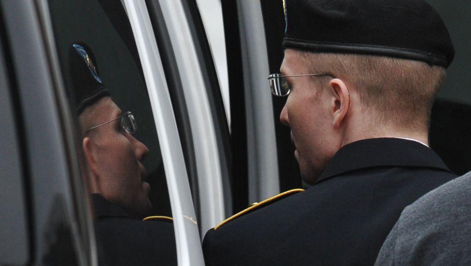 """Bradley Manning auf dem Weg ins Gericht: """"Unterstützung des Feindes"""""""