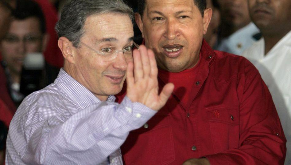 Präsidenten Uribe (l.) und Chávez: Mordkomplott-Vorwürfe