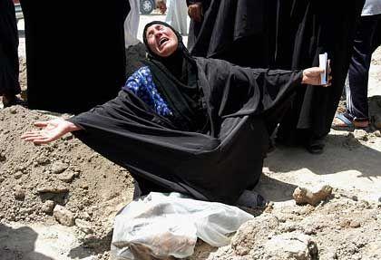 Weinende Frau im Irak: Krieg auf der Basis fehlerhafter Unterlagen?