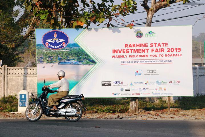 Werbeschild für die Messe in Thandwe