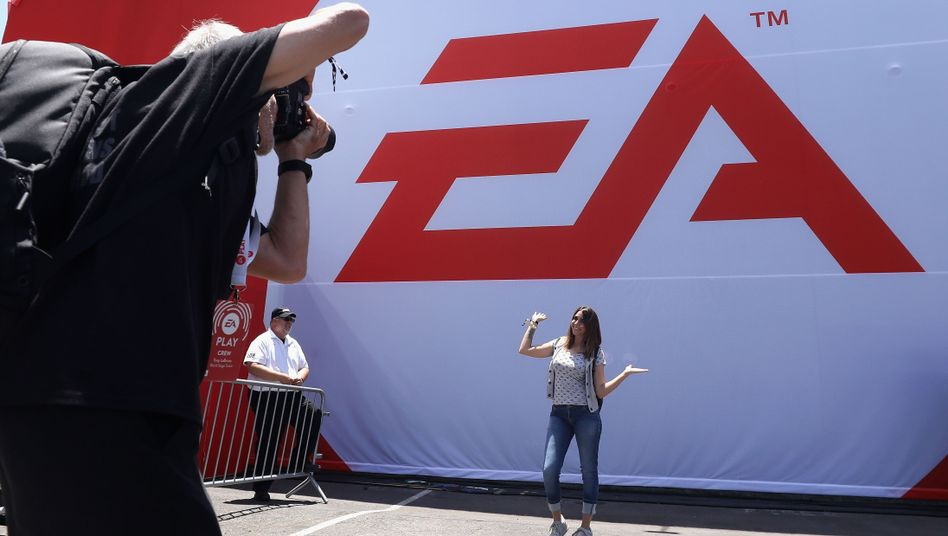 Gamerin, die auf der EA Play posiert