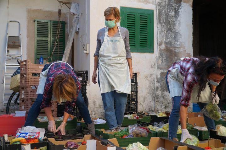 Freiwillige der Hilfsorganisation »Hope« verteilen Lebensmittel in Santanyí, im Südosten der Insel