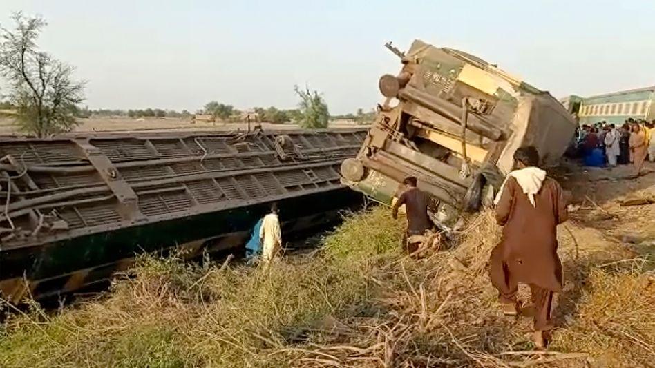 Entgleiste Zugwaggons in der Provinz Sindh (Videostandbild)
