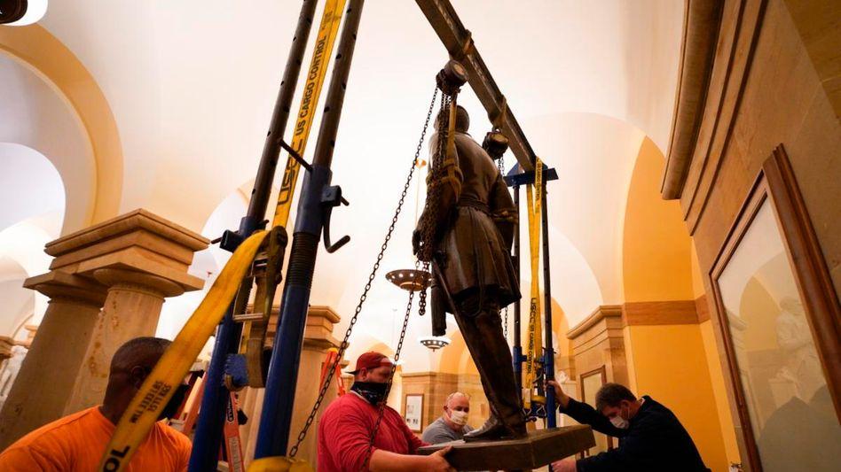 Abbau der Statue von Robert E. Lee im Kapitol in Washington: Kein Platz für Symbole des Hasses