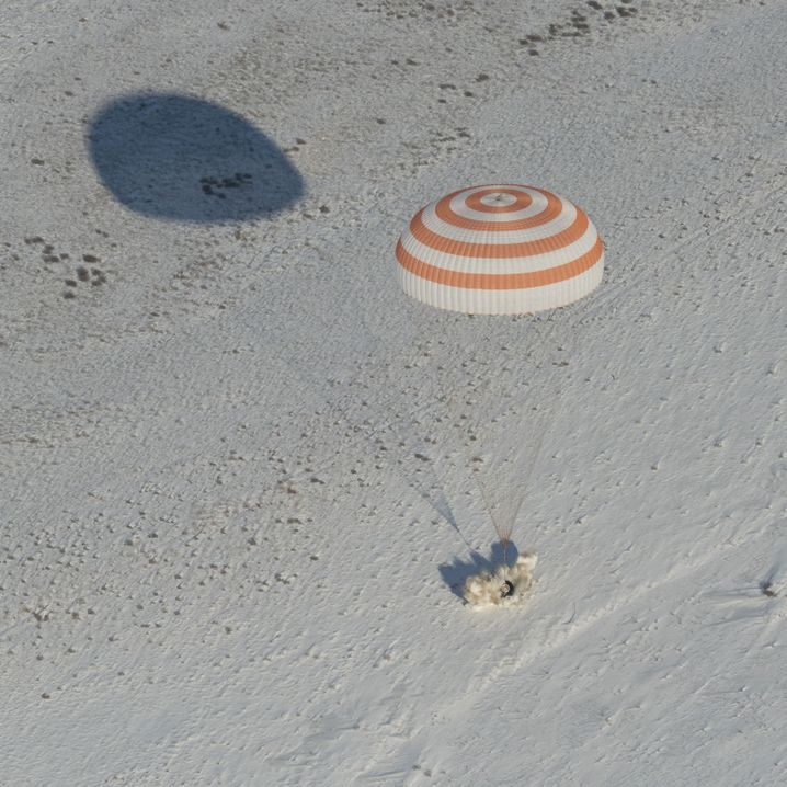 Landung der Kapsel am Fallschirm