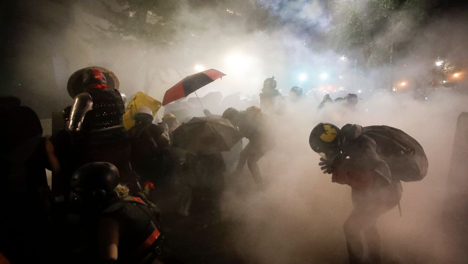 Portland am Samstag: Bundespolizisten feuern Tränengas auf Demonstranten ab