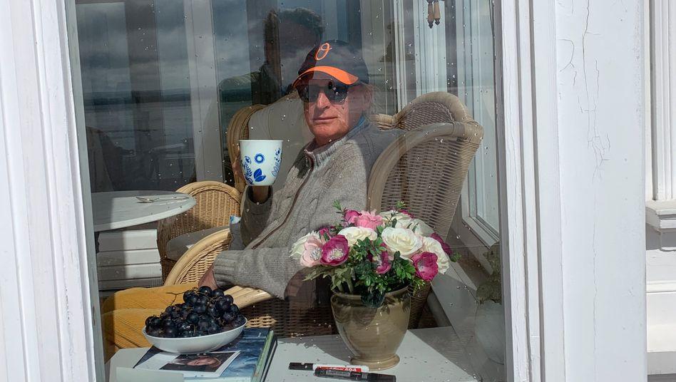 """Waalkes, 71, in seinem Hamburger Haus, fotografiert von Thomas, seinem """"Hausmeister, Kritiker und besten Freund"""""""