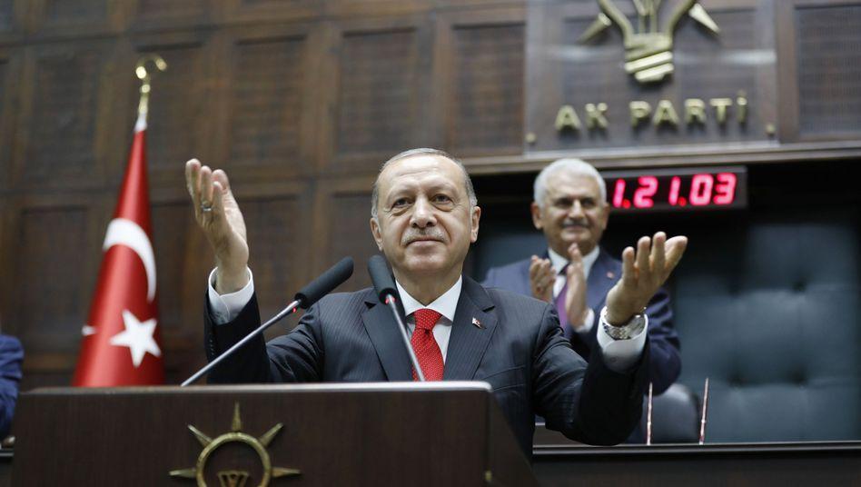 Präsident Recep Tayyip Erdogan spricht vor Parlamentsmitgliedern seiner Partei