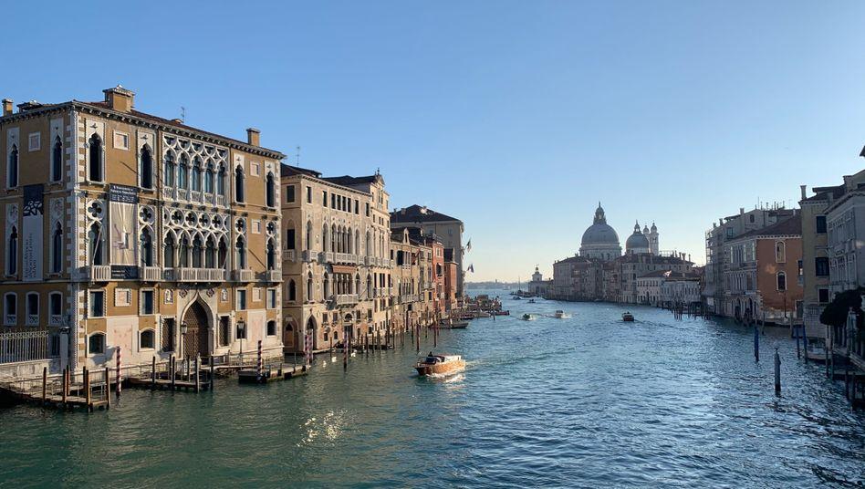 Ein Schiff fährt durch den Canal Grande in Venedig (Symbolbild)