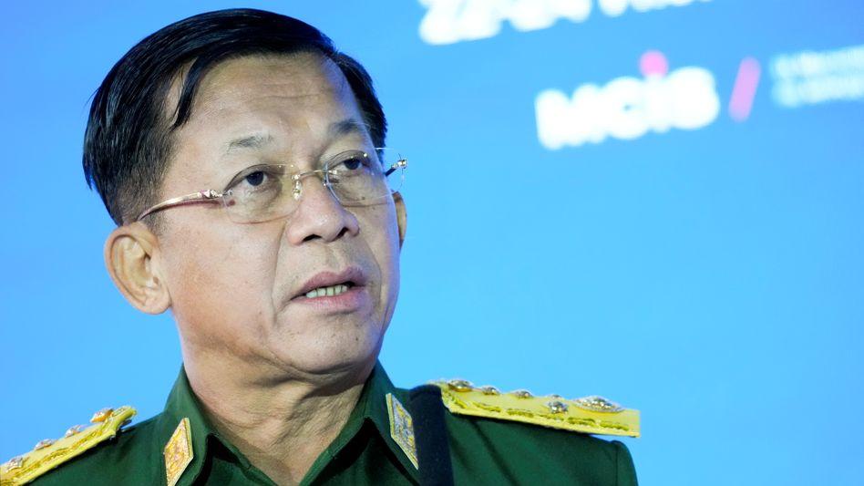 Militärchef Min Aung Hlaing bei einer Rede in Moskau (Archivbild)