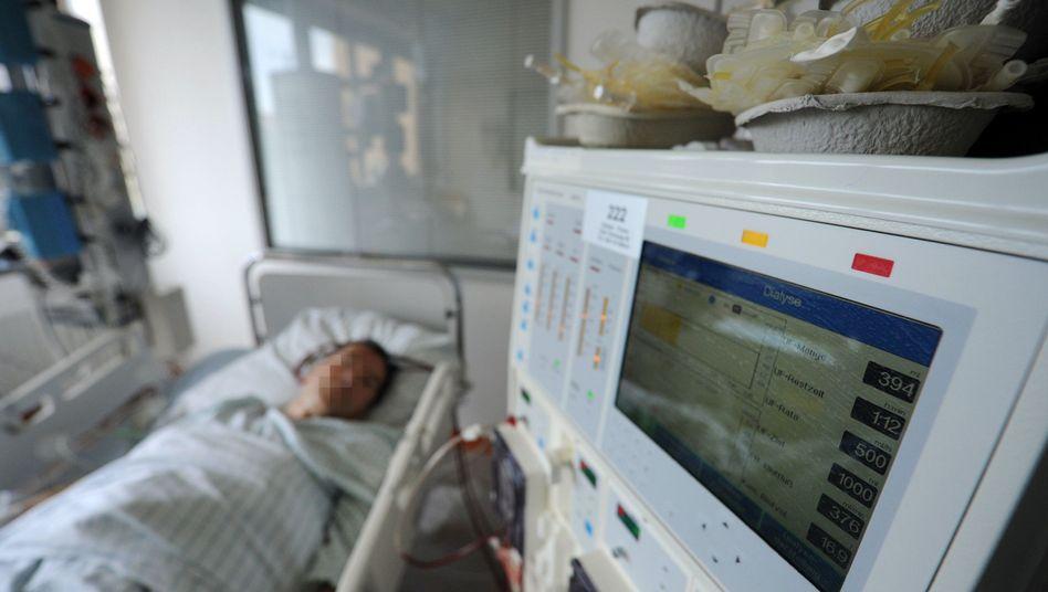 An EHEC patient receives treatment at a Hamburg hospital.