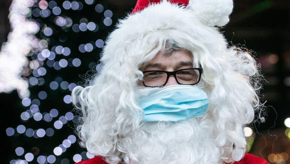 Weihnachtsmann im »Winter Wunderland Drive-in« in Kalkar: Mit Mund-Nasen-Schutz im Einsatz