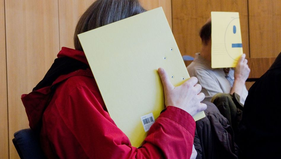 Angeklagte vor Gericht: Sie sollen für Missbrauch in einer Wohngruppe verantwortlich sein