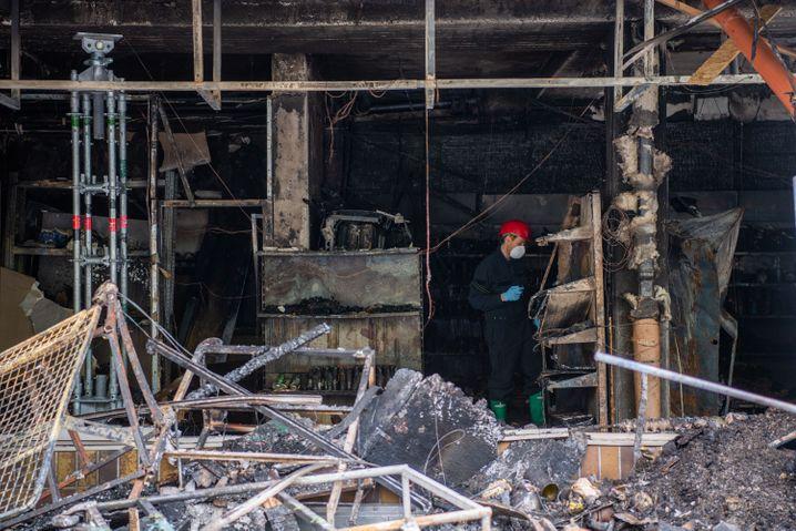 Waldkraiburg: Brandermittler an einem Tatort (April 2020)