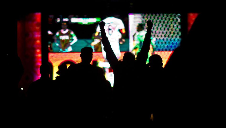 Jubelnder Fan vor TV-Übertragung von Deutschland-Algerien: Quotenrekord