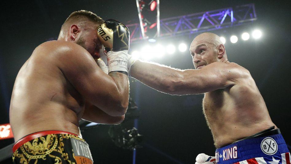 Tom Schwarz geht in Deckung, Tyson Fury schlägt zu