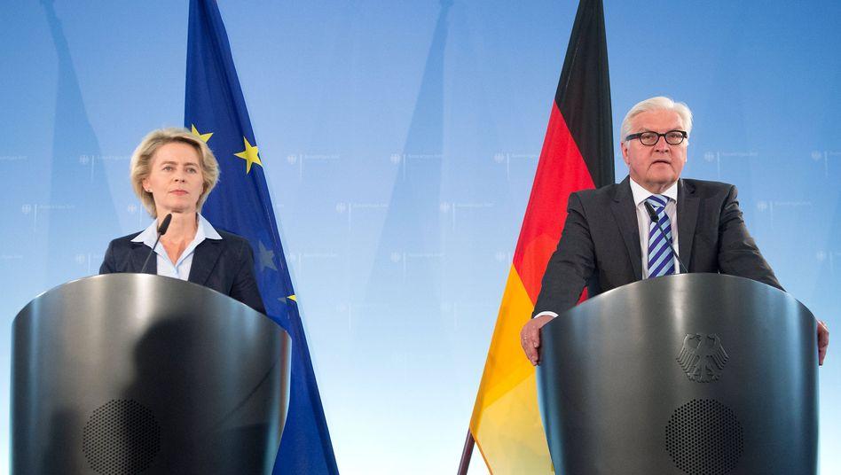 Von der Leyen, Außenminister Steinmeier: Waffen für die Kurden