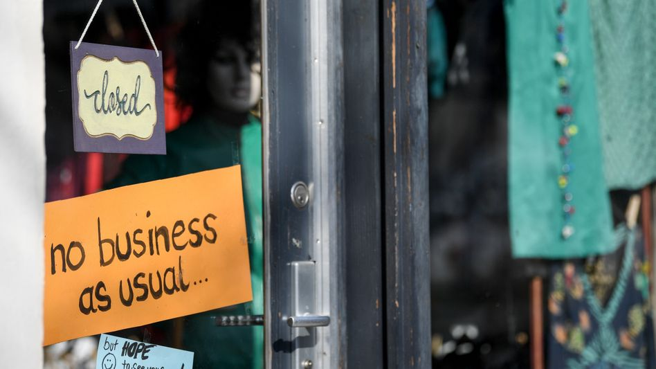 Normalität war gestern: Schild an einem Laden in Berlin