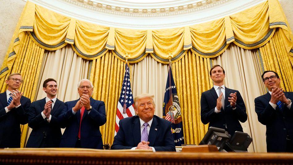 """Donald Trump im Oval Office: """"Ein historisches Friedensabkommen zwischen unseren beiden guten Freunden, Israel und den Vereinigten Arabischen Emiraten"""""""