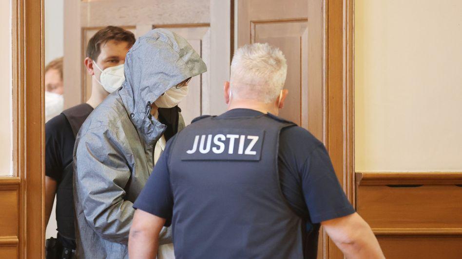 Angeklagter Polizist im Gerichtssaal