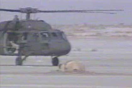 """""""Blackhawk""""-Hubschrauber vor der abgestürzten Kapsel: Der genaue Schaden ist noch unklar"""
