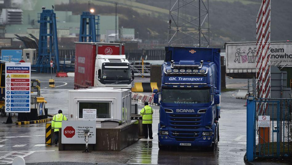 Lastwagen am Hafen von Larne in Nordirland