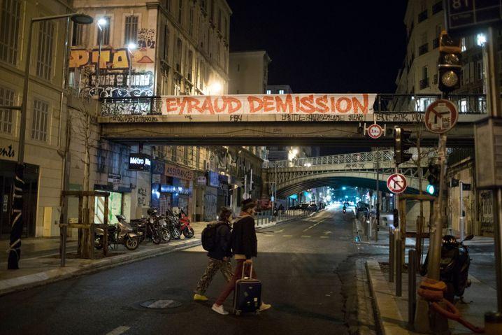 Ein Banner in Marseille, mit dem die Absetzung des Präsidenten gefordert wird: Jacque-Henri Eyraud