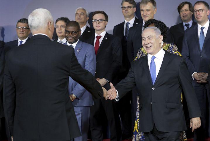 US-Vizepräsident Mike Pence (Rückansicht, l.) begrüßt Netanyahu