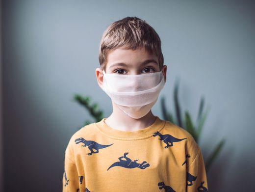 Fünfjähriger mit Nasen-Mund-Schutz