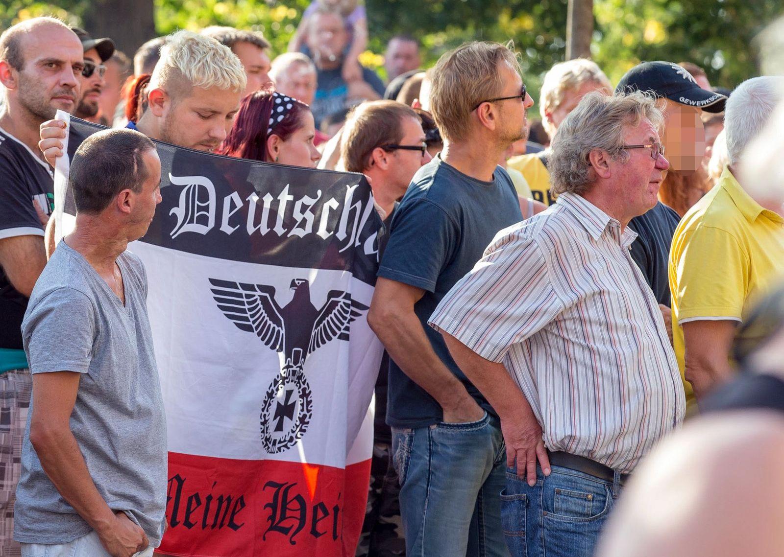 Demonstration gegen Flüchtlinge / Heidenau / Mann mit GDP-Kappe / gepixelt / Auschnitt