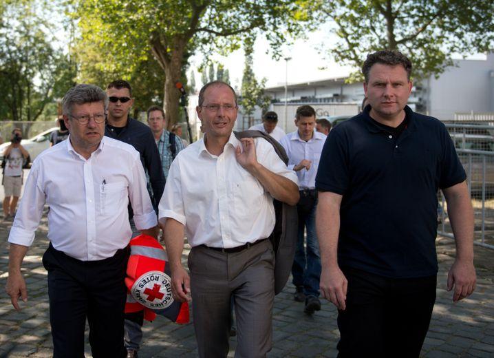 DRK-Vorstandsvorsitzender Rüdiger Unger (l.) und Innenminister Markus Ulbig (CDU, m.)
