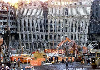 Mehr als 4000 Menschen starben in den Trümmern der Türme, von denen nur ein paar ausgebrannte Wände übrig geblieben sind. Noch immer werden 3800 Menschen vermisst.
