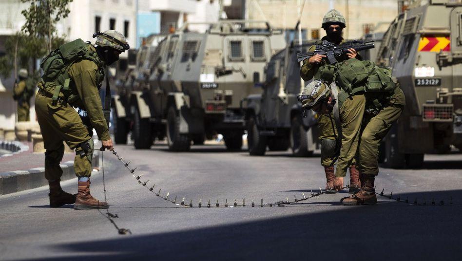 Israelische Soldaten errichten Straßensperre: Suche nach den Entführten