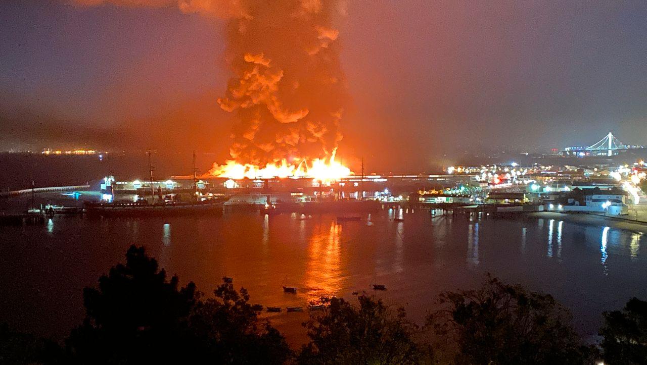 Hafen von San Francisco: Großbrand an historischem Kai - Feuerwehr rettet Weltkriegsschiff