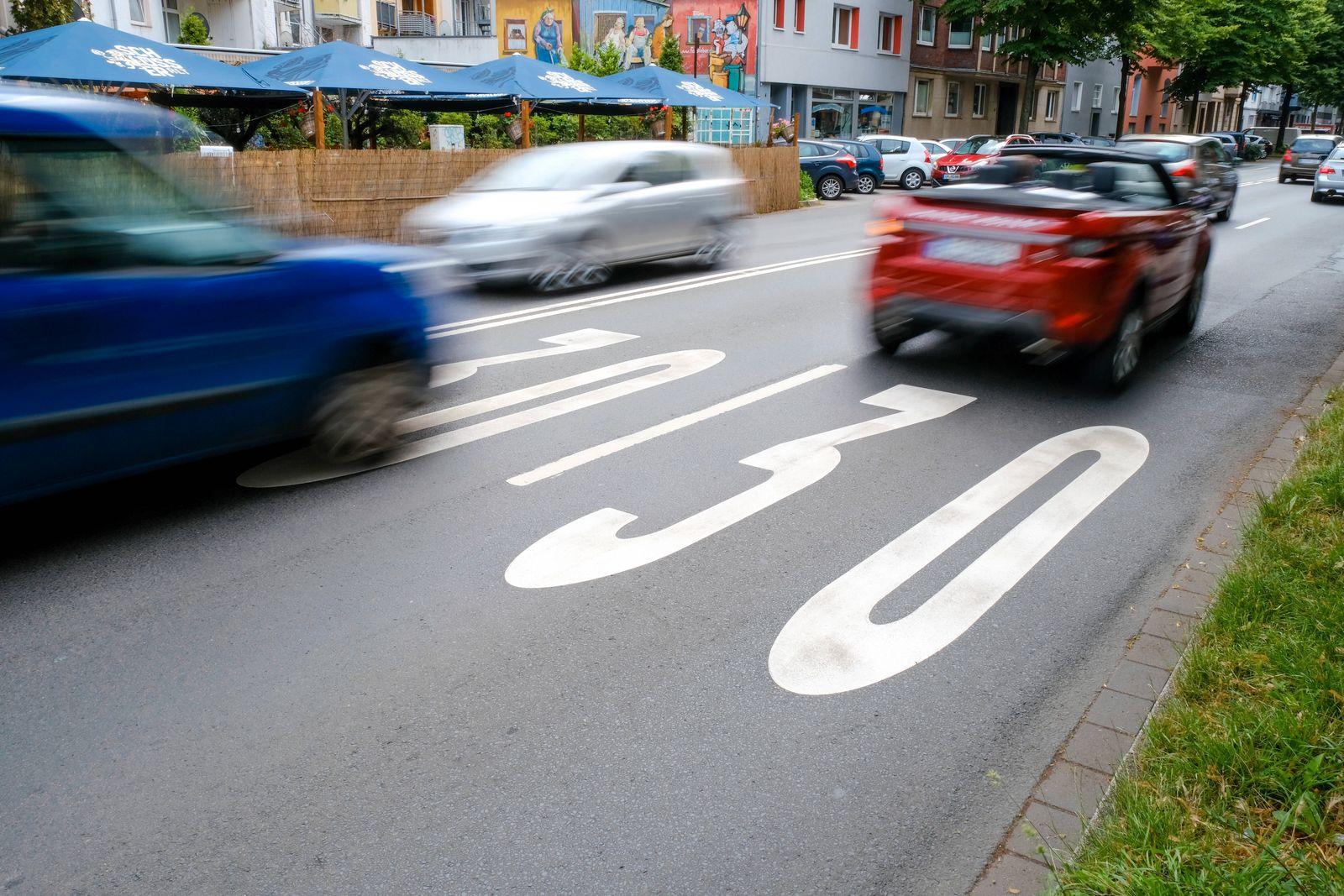 Düsseldorf 12.07.2021 Tempo 30 Tempo30 Zone Innenstadt City Merowingerstraße Verkehr Dieselfahrverbot Umwelthilfe Bussg