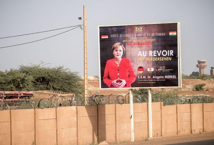 Au Revoir - Auf Wiedersehen. Dies Plakat wurde anlässlich des Besuch von Bundeskanzlerin Merkel im Niger aufgestellt
