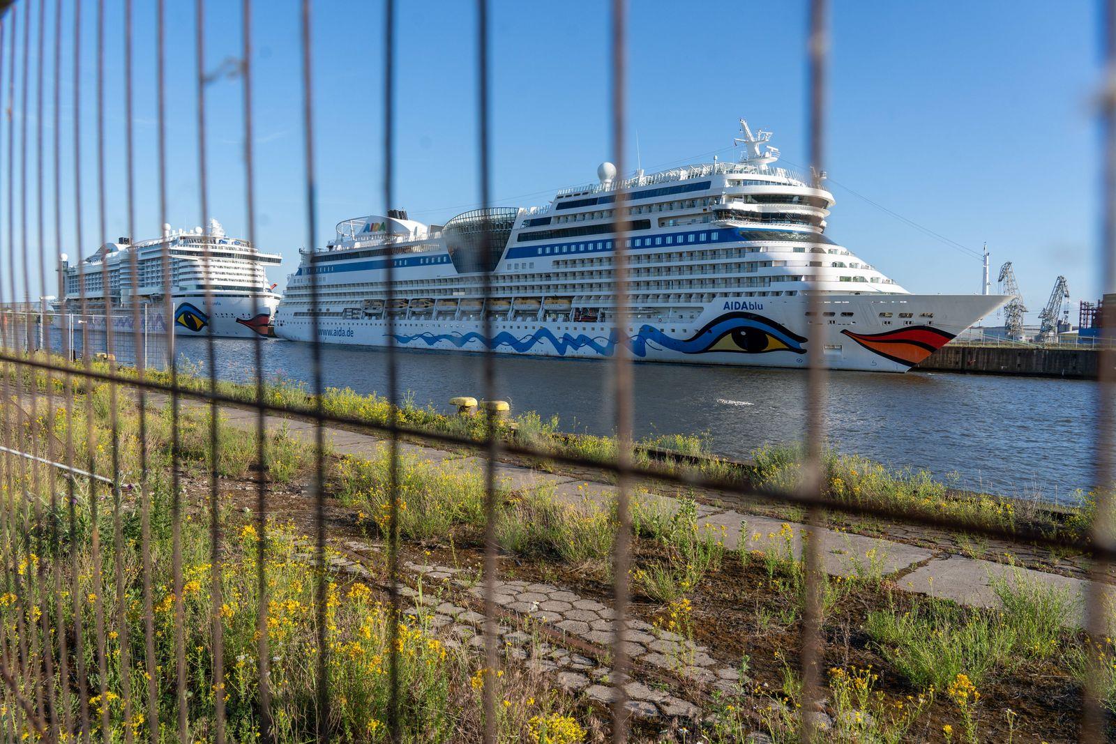 Lockdown wegen Coronakrise - Kreuzfahrtschiffe AIDAblu und AIDAperla liegen am Hamburg Cruise Center Steinwerder im Ham