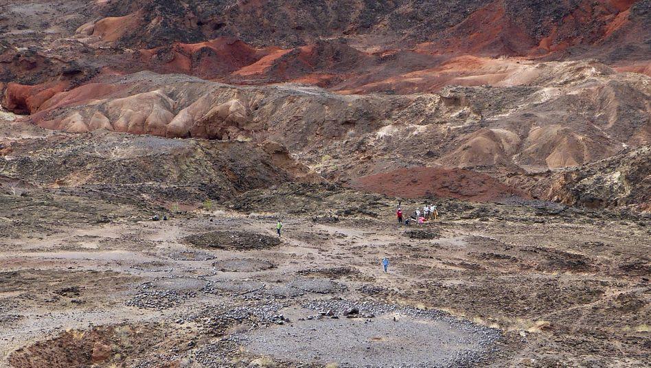 Fundplatz Lothagam North: Steinerne Plattform (vorn) mit sechs Steinhügeln